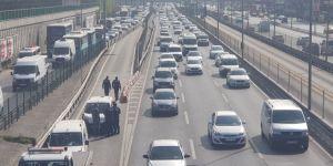 Bariyerlere Çarpan Araç Takla Attı: E-5'te Trafik Kilitlendi