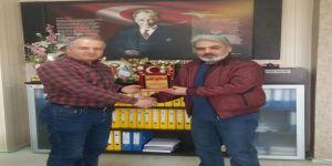 Başkan Gülbey'den Yazar Mert'e Plaket