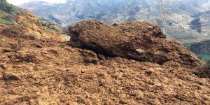 Topraktan kopan dev kaya parçası yola düştü