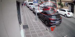 İstanbul'da Kadın Sürücünün Kaldırımdan Yola Fırlayan Suriyeli Motosikletliye Çarpma Anı Kamerada