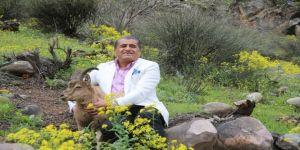 Hakkarili Sanatçı Aydın, Dağ Keçisiyle Kamera Karşısına Geçti
