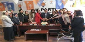 Ak Parti Kadın Kollarından Pastalı Kutlama