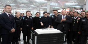 İstanbul Havalimanı'nda Polislerden Yolculara Pasta İkramı