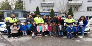 Minik yürekler Polis amcalarını yalnız bırakmadı
