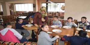 Cuma Günleri Engelli Çocuklara Ücretsiz Yemek Veriyor