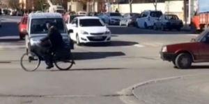 Bozulan Aracı Bisikletle Çekti