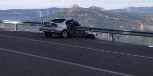 Otomobil bariyere saplandı