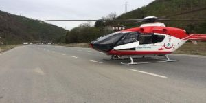 Ambulans Helikopter Trafik Kazası Sonrası Yaralıyı Karayoluna İnerek Aldı
