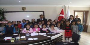 Öğrenciler, Belediye Başkanı Seçilen Öğretmenlerini Ziyaret Etti