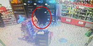 Çaldığı İçki Şişesini Montuna Saklayan Hırsız Kamerada