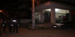 İzmir'de İki Kişi Arasında Çıkan Tartışma Kanlı Bitti: 1 Ağır Yaralı