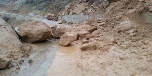 Yağışlar sel ve heyelana neden oldu