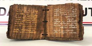 Bin 300 yıllık dini motifli kitap ele geçirildi