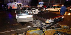 Hızını Alamayan Otomobil, Kırmızı Işıkta Bekleyen Araca Çarptı: 5 Yaralı