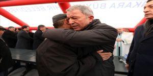 Bakan Akar, şehit ailesine taziye ziyaretinde bulundu
