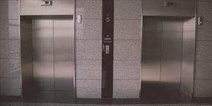 Asansör boşluğuna düşen polis hayatını kaybetti