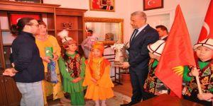Biçer'e Kırgız öğrencilerden Manas hediyesi