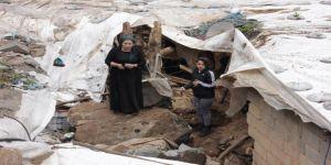 Dağdan kopan kayalar 5 evi yıktı