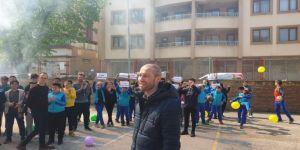 Kanseri yenerek okula dönen öğretmene sürpriz karşılama