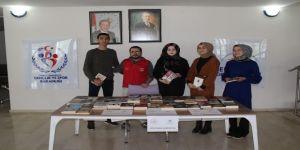 Gençlerden köy okuluna kitap bağışı