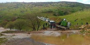 Bir Araç Yolda Biriken Suda Mahsur Kaldı