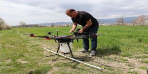 Çiftçi Ailesinin Oğlu Çalışır, Kendi Yaptığı İlaçlama Dronuyla Arazilerini İlaçlıyor