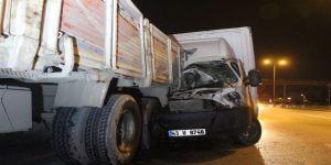D100'de kamyonet, arızalanan kamyona arkadan çarptı