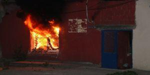 Önce evini yaktı sonra polise teslim olmamak için içeriden çıkmadı