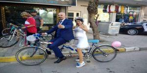 Gelin ile damattan bisikletli düğün konvoyu
