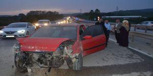 Otomobil bariyerlere daldı: 2 yaralı