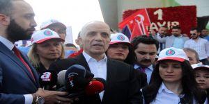 Türk-İş üyeleri Taksim Cumhuriyet Anıtı'na çelenk bıraktı