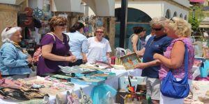 Kursiyerlerin yaptığı ürünlere turistler yoğun ilgi gösteriyor