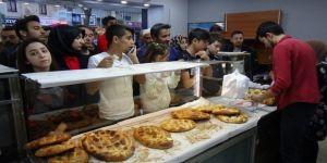 Ramazan'da Sıcak Pide Kuyruğu
