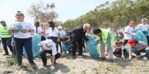 Başkan Gültak, Yabancı Öğrencilerle Birlikte Kazanlı Sahilinde Çöp Topladı