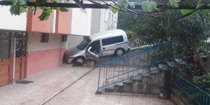 Kontrolden Çıkan Araç Binaya Çarparak Durabildi: 3 Yaralı