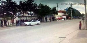 Kontrolden Çıkan Otomobil Vatandaşların Servis Beklediği Durağa Daldı