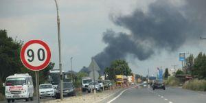 Fabrika yangını duman altında bıraktı