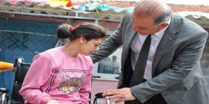 Başkan Kaya, Engelli Sevilay'a Tekerlekli Sandalye Hediye Etti