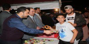 Bakan Çavuşoğlu, memleketinde vatandaşa simit ikram etti