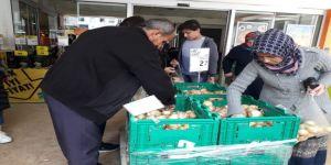 Ucuza satılan patates ve soğana hücum ettiler