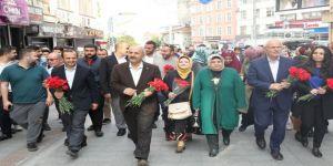 Büyükgöz'den Gebzeli annelere çiçek hediye etti