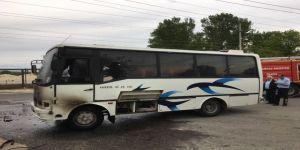 İşçileri taşıyan minibüs seyir halindeyken yandı