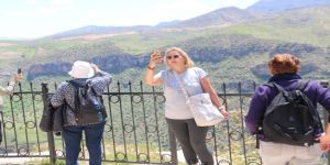 Devlet Restore Etti, Bölge Turist Akınına Uğradı