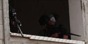 İsrail, Ayrım Duvarı'nı geçmeye çalışan Filistinli çocuğu şehit etti