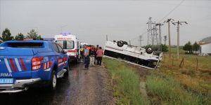 Tur midibüsü ile otomobil çarpıştı: 27 yaralı