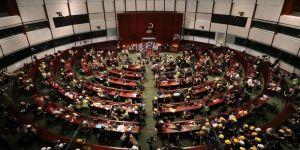 Hong Kong yönetiminden Meclisi basan protestoculara kınama