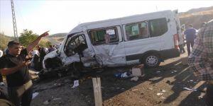 Minibüs ile otomobil çarpıştı: 1 ölü