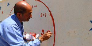 Okul müdürü duvarlara renk katıyor