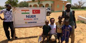Türk gönüllülerden Nijer'de binlerce kişiye kurban eti
