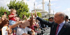 Erdoğan, cuma namazı sonrası vatandaşlarla sohbet etti
